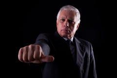 Vieil homme d'affaires avec une main avec des pouces moyens Photo libre de droits