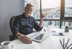 Vieil homme d'affaires de lancement travaillant avec l'ordinateur portable Images libres de droits