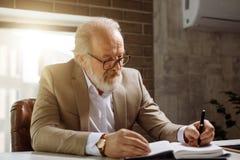 Vieil homme d'affaires intelligent passant le temps sur créer le nouveau projet d'affaires Photos stock