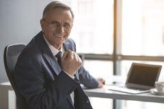Vieil homme d'affaires sortant travaillant avec l'ordinateur portable Photo libre de droits