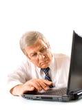 Vieil homme d'affaires sur l'ordinateur portatif Photos libres de droits