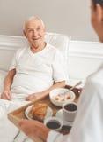 Vieil homme dans l'hôpital Image libre de droits
