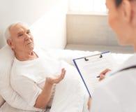 Vieil homme dans l'hôpital Photo libre de droits