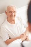 Vieil homme dans l'hôpital Images stock