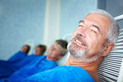 Vieil homme dans la chambre de relaxation image stock