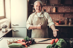Vieil homme dans la cuisine Photographie stock libre de droits