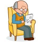 Vieil homme dans le fauteuil résolvant un jeu de mots croisé Images libres de droits