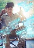 Vieil homme dans le fauteuil roulant utilisant le casque de réalité virtuelle de VR avec l'interface Image stock