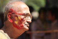 Vieil homme dans le festival de couleur de Holi Photos stock