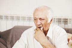 Vieil homme dans les pensées Photo libre de droits