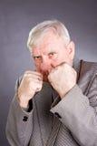 Vieil homme dans une pose de boxeur photos stock