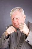 Vieil homme dans une pose de boxeur Image libre de droits