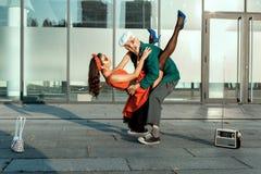 Vieil homme de danse rapide et une jeune fille Images stock