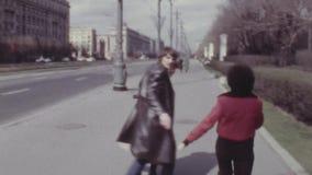 Vieil homme de film couleurs de vintage dans la chemise de denim marchant avec les amis affectueux de couples banque de vidéos