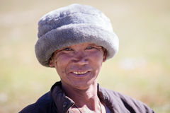 Vieil homme de portrait dans la robe traditionnelle en Himalaya village, Népal Photographie stock libre de droits