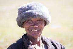 Vieil homme de portrait dans la robe traditionnelle en Himalaya village, Népal Photos libres de droits