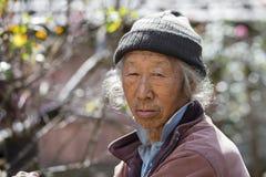 Vieil homme de portrait dans la robe traditionnelle en Himalaya village, Népal Images libres de droits