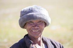 Vieil homme de portrait dans la robe traditionnelle dans le village de l'Himalaya, Népal Photo stock