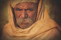 Vieil homme de Rajasthani dans la perspective de ses chameaux Image stock