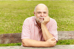 Vieil homme de sourire en parc Photographie stock libre de droits