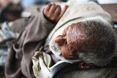 Vieil homme dormant sur un banc à la station de Cantt de Karachi Photo stock