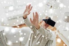Vieil homme en casque de réalité virtuelle ou verres 3d Images libres de droits