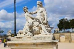 Vieil homme et belle statue de femme - Paris Photos stock