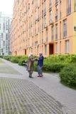 Vieil homme et dame âgée dansant en plein air Photos stock