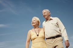 Vieil homme et femme contemplant le ciel Image stock