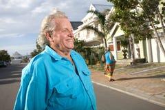 Vieil homme et femme regardant une maison Photo stock
