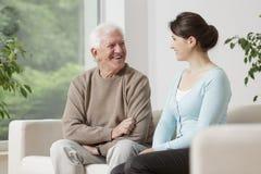 Vieil homme et jeune femme Image libre de droits