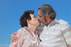 Vieil homme et languettes de baiser de femme Images libres de droits