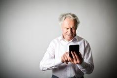 Vieil homme et téléphone intelligent Photographie stock