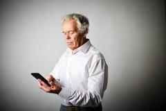 Vieil homme et téléphone intelligent Images libres de droits
