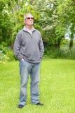 Vieil homme fier sur la pelouse Photographie stock