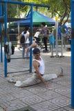 Vieil homme fort faisant l'exercice photo libre de droits