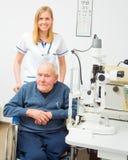Vieil homme handicapé avec des problèmes de vision Photos stock