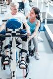 Vieil homme handicapé concentré formant ses jambes Images stock
