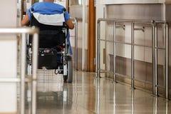 Vieil homme handicapé se déplaçant par un fauteuil roulant électrique chez le Hospita Images stock