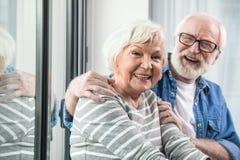 Vieil homme heureux et femme éclatant avec le rire Photographie stock libre de droits