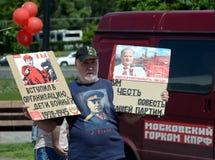 Vieil homme inconnu avec des affiches sur la colline de Poklonnaya à la célébration du jour de la Russie Image libre de droits