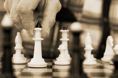 Vieil homme jouant aux échecs Image libre de droits