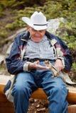 Vieil homme jouant avec l'écureuil Images stock