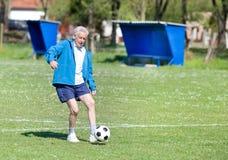 Vieil homme jouant le football Photo libre de droits