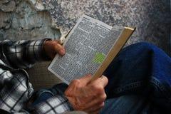 Vieil homme lisant une bible Photos stock