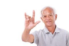 Vieil homme montrant le signe de main d'amour Image libre de droits