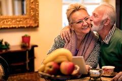 Vieil homme montrant son épouse ce qui est amour vrai, couple supérieur dans le lov Image stock