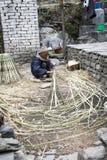 Vieil homme népalais de saule au travail Photos libres de droits