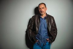 Vieil homme occasionnel dans la veste en cuir jeans Image libre de droits