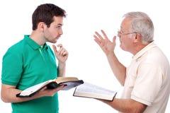 Vieil homme partageant l'évangile Photos stock